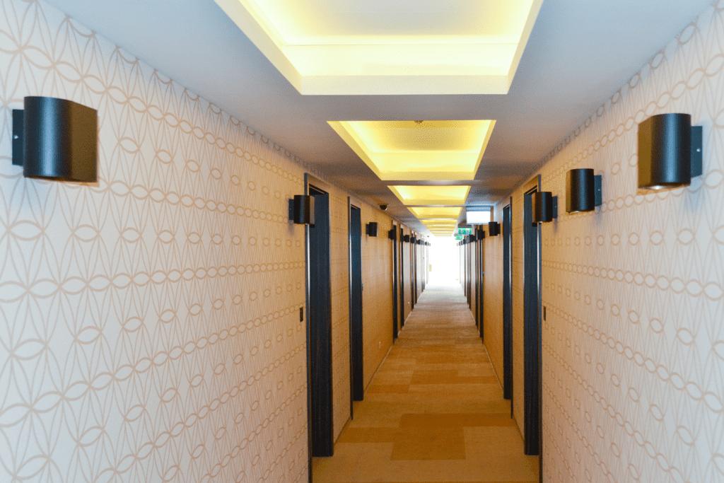 Kinkiety w korytarzach
