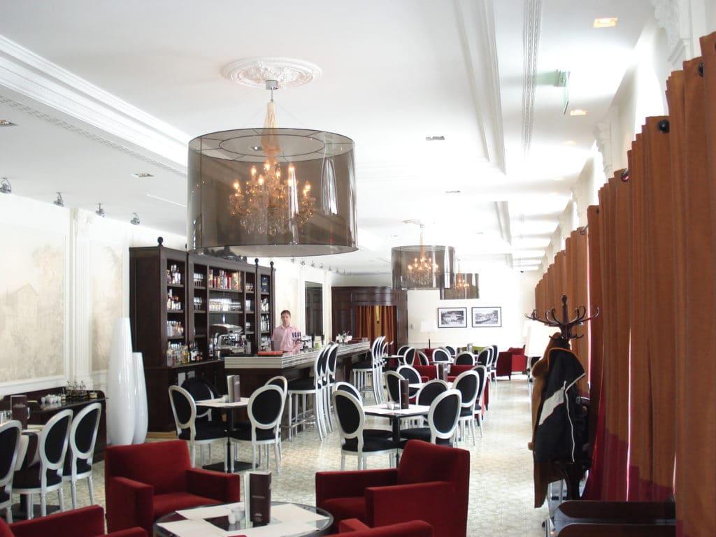 Lampy wiszące w restauracji