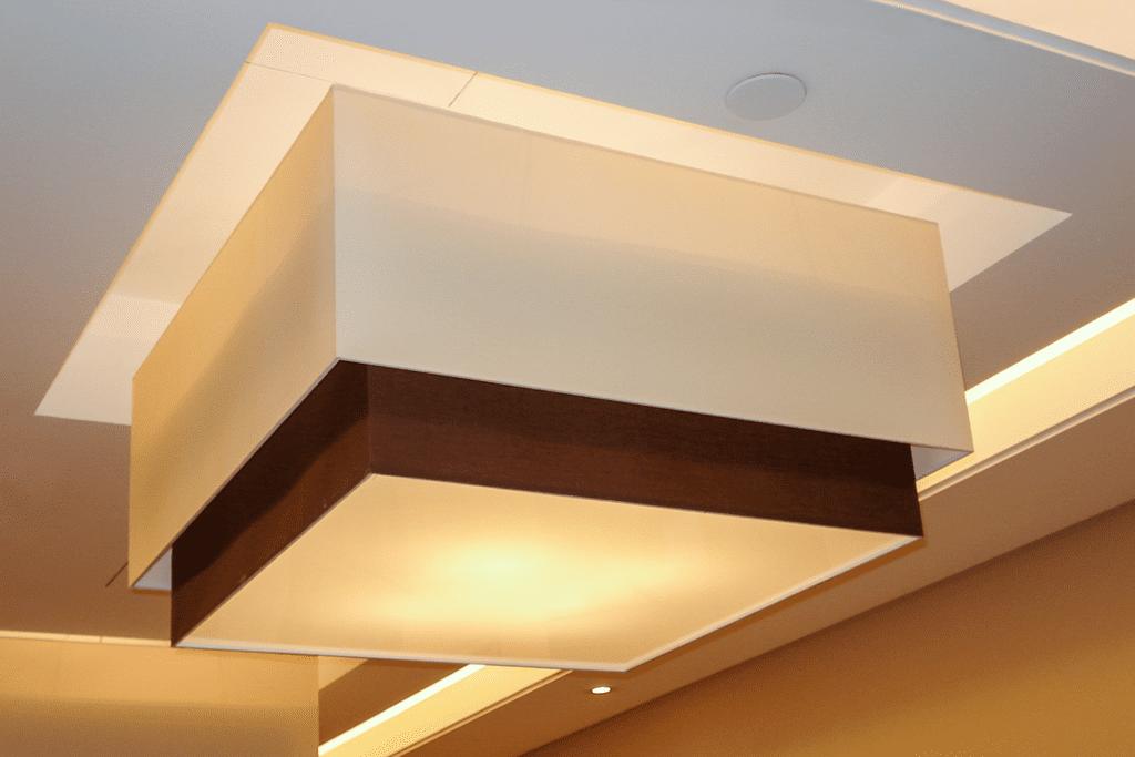 Plafony przy windach