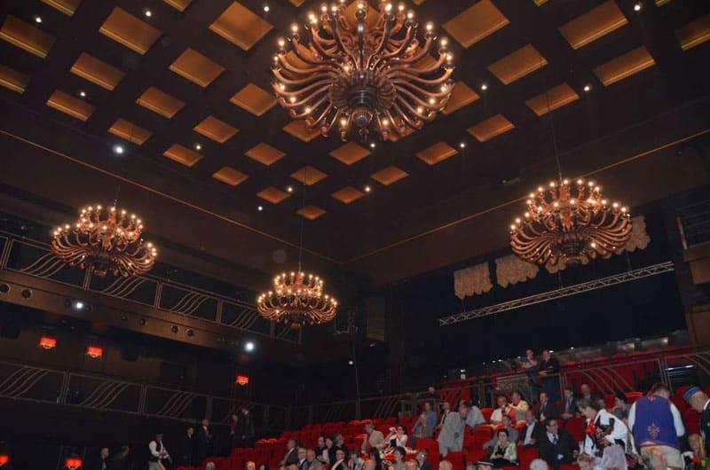 Żyrandole drewniane w teatrze